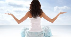 Femme qui se détend en respirant en plein air
